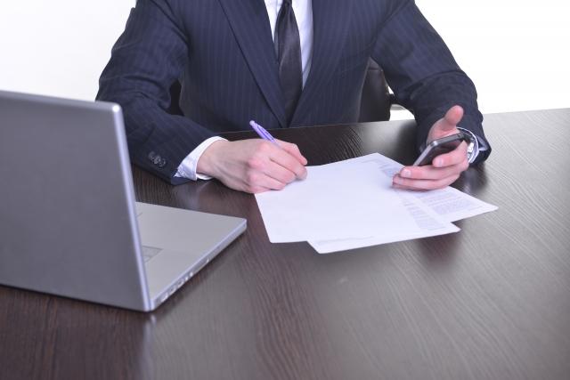 書類を記入する男性